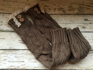 Arm & Wrist Warmers with buttons and lace. Photo: Eyecandieplus / Etsy