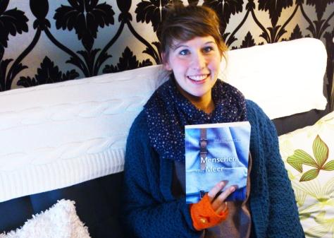 Autorin Alex Hofmann mit ihrem Buch Menschen mit Meer. Photo: Cornelia Kaufmann