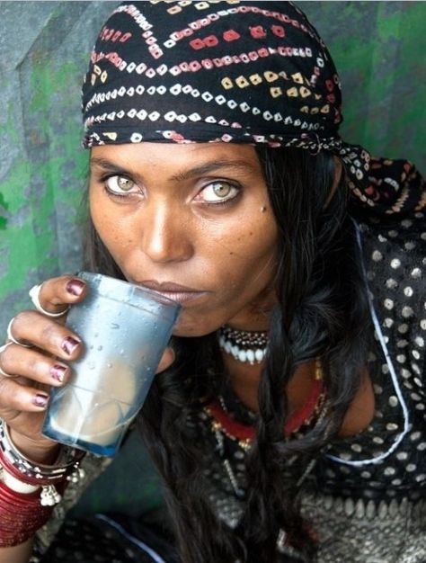 Kalbeliya gypsy woman from Rajasthan, India. Photography by Mirjam Letsch