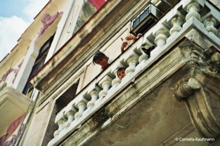 Curious children observing the artisan market from a balcony in Habana Vieja. Copyright Cornelia Kaufmann