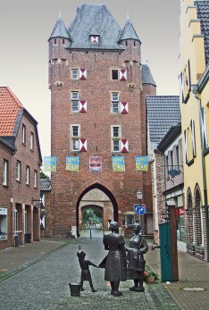 Medieval city gate of Xanten. Photo by Bill Barber / flickr