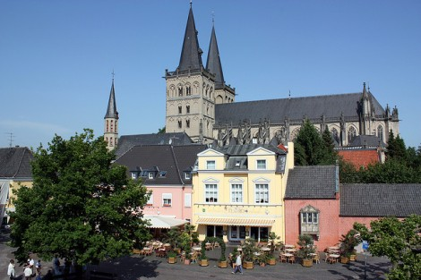 Xanten Cathedral towering over the market. Photo by supatexta / flickr.