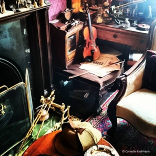 Inside the sitting room of 221b Baker Street at the Sherlock Holmes Museum. © Cornelia Kaufmann