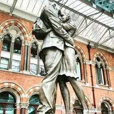 Statue of Lovers at St. Pancras International Station © Cornelia Kaufmann