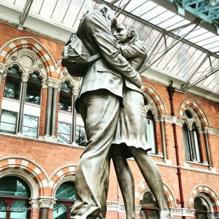 Statue of Lovers at St. Pancras International Station © Cornelia Kaufmann