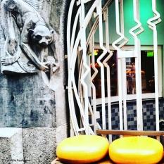 Cheese shop display along the Damrak, Amsterdam. ©Cornelia Kaufmann